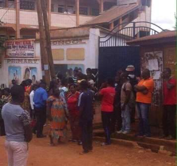 La foule de parents d'élèves devant l'établissement scolaire.