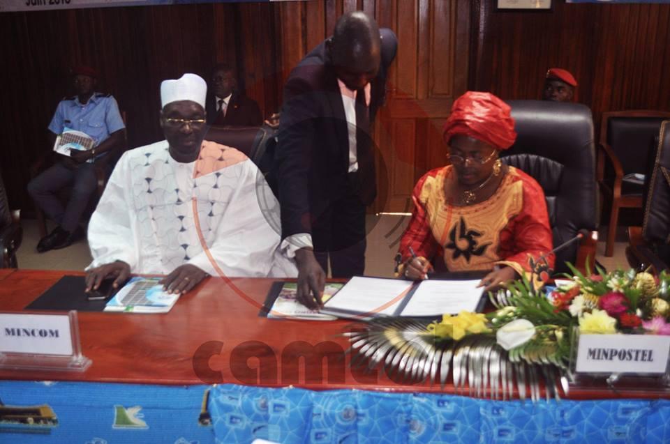 Une attitude du Ministre camerounais de la communication(Issa Tchiroma Bakary)à droite de madame la ministre des postes et télécommunications(Libom Li Likeng),signant la convention de cession
