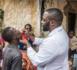 Un homme reçoit un médicament. © DR