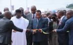 Denis Sassou N'Guesso coupant le ruban symbolique au côtés de Kayode Fayemi