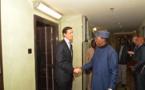 Poignée de main entre Idriss Déby (droite) et le conseiller à la sécurité intérieure de Donald Trump.