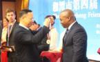 Remise de médaille au Dr. Igor-Mathieu Gondje-Dacka par le Maire de la ville de Xiangtan, Monsieur Tan Wensheng
