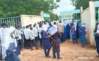 Des candidats au baccalauréat à l'entrée d'un centre d'examen au Tchad. © Mahamat Issa Gadaya/Alwihda Info