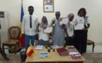 Tchad : les deux candidates du Ouaddaï à Miss Intellect présentent leurs trophées au gouverneur