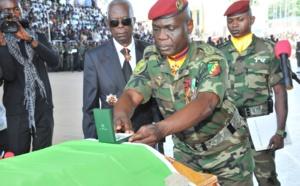 Le chef d'Etat-major décorant à titre posthume un des soldats