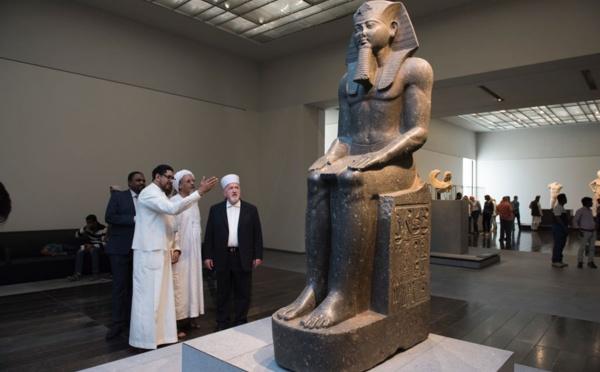 Les Chercheurs et les Intellectuels Visitent le Musée du Louvre à Abu Dhabi