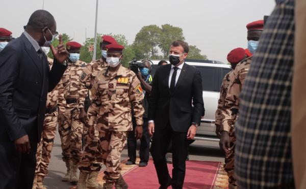 """Macron : """"quand je vais aux obsèques de Déby (...), c'est parce que je crains une libyanisation du Tchad"""""""