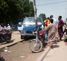 N'Djamena : un bus de transport dévie un nid de poule et s'encastre contre un poteau