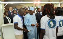 Le chef de l'Etat tchadien Idriss Déby visite les stands du Salon International de l'étudiant africain. Alwihda Info/D.W.