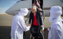 Marine Le Pen accueillie à sa descente d'avion à Am Djarass. Crédits : MLP