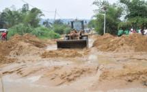 Le tracteur désensablant la rivière Kélé kélé