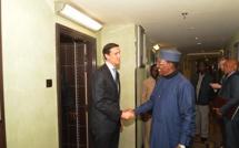 Le conseiller à la sécurité de Trump rencontre Idriss Déby à Paris pour apaiser les tensions