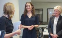 Teresa Williams (au centre) lors d'un récent évènement au Musée de la diplomatie du département d'État, en compagnie de sa directrice Mary Kane (à droite) et de Marie Royce, secrétaire d'État adjointe aux Affaires éducatives et culturelles (Département d'État/D.A. Peterson)